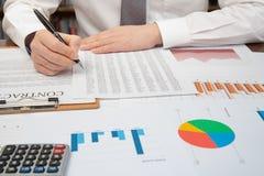 De zakenman van de werkplaats Contracten, grafieken, en grafieken op het bureau royalty-vrije stock foto's
