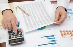 De zakenman van de werkplaats Contracten, grafieken, en grafieken op het bureau royalty-vrije stock foto
