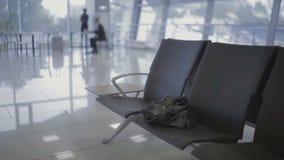 De zakenman vergeet jasje in de luchthavenzaal bij de luchthaven stock footage