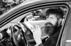 De zakenman vermoeide na harde onderhandelingen rokend voertuig Het roken verboden in privé voertuigen Mensen gebaarde zakenman royalty-vrije stock foto
