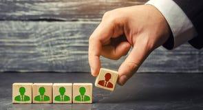 De zakenman verwijdert/verwerpt de werknemer van het team beheer binnen het team houten blokken met een beeld van arbeider royalty-vrije stock afbeeldingen