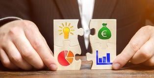De zakenman verzamelt raadsels met het beeld van de attributen van het doen van zaken Strategie planningsconcept Organisatie van stock fotografie
