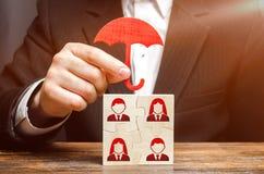De zakenman verzekert en beschermt het commerciële team van werknemers Teamverzekering, bescherming Voorziening van een uitgebrei royalty-vrije stock foto's