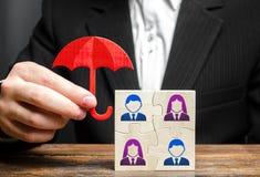 De zakenman verzekert en beschermt het commerci?le team van werknemers Voorziening van een uitgebreide waaier van gemaakte oploss stock afbeeldingen