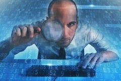 De zakenman vond een heimelijke toegang op een computer Concept Internet-veiligheid stock foto