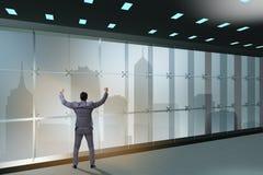 De zakenman voor bureauvenster het denken aan nieuwe uitdagingen royalty-vrije stock afbeelding