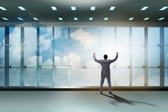 De zakenman voor bureauvenster het denken aan nieuwe uitdagingen stock foto