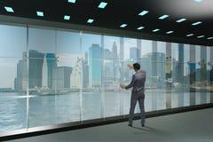 De zakenman voor bureauvenster het denken aan nieuwe uitdagingen stock afbeeldingen