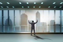 De zakenman voor bureauvenster het denken aan nieuwe uitdagingen royalty-vrije stock foto