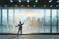 De zakenman voor bureauvenster het denken aan nieuwe uitdagingen royalty-vrije stock foto's