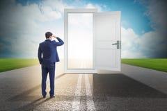 De zakenman voor deur in bedrijfskansenconcept stock afbeeldingen