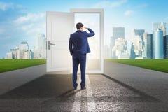 De zakenman voor deur in bedrijfskansenconcept stock fotografie