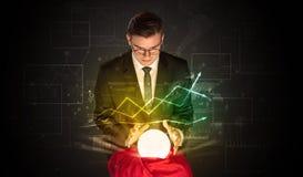 De zakenman voorspelde de toekomst van de effectenbeurs met een magische bal royalty-vrije stock foto