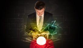 De zakenman voorspelde de toekomst van de effectenbeurs met een magische bal royalty-vrije stock foto's