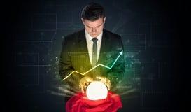 De zakenman voorspelde de toekomst van de effectenbeurs met een magische bal stock foto's