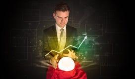 De zakenman voorspelde de toekomst van de effectenbeurs met een magische bal royalty-vrije stock afbeelding