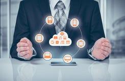 De zakenman wat betreft een wolk verbond met vele voorwerpen op het virtueel scherm, concept over Internet van dingen Stock Foto's