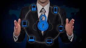 De zakenman wat betreft een wolk verbond met vele voorwerpen op het virtueel scherm, concept over Internet van dingen Royalty-vrije Stock Afbeeldingen