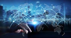 De zakenman wat betreft globale netwerk en gegevens 3D uitwisselingen geeft terug Royalty-vrije Stock Afbeeldingen