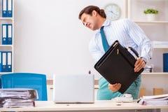 De zakenman weerzinwekkend met kakkerlakken in het bureau royalty-vrije stock afbeeldingen