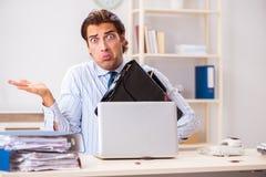 De zakenman weerzinwekkend met kakkerlakken in het bureau stock afbeeldingen