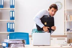 De zakenman weerzinwekkend met kakkerlakken in het bureau royalty-vrije stock foto's