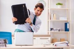 De zakenman weerzinwekkend met kakkerlakken in het bureau royalty-vrije stock afbeelding