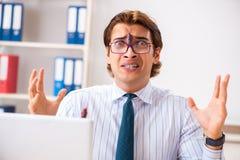 De zakenman weerzinwekkend met kakkerlakken in het bureau royalty-vrije stock fotografie