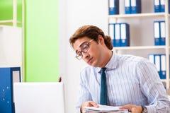 De zakenman weerzinwekkend met kakkerlakken in het bureau stock fotografie