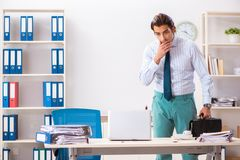 De zakenman weerzinwekkend met kakkerlakken in het bureau royalty-vrije stock foto