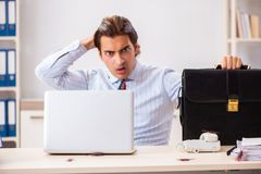 De zakenman weerzinwekkend met kakkerlakken in het bureau stock foto's