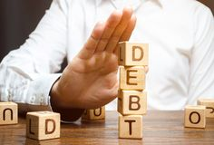 De zakenman weigert om een lening te nemen Weigering van leningen met hoge rentevoeten Onvermogen om de schuld te betalen Nuttelo royalty-vrije stock afbeelding