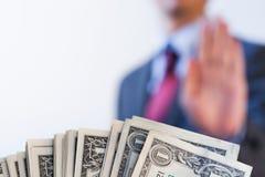 De zakenman weigert om geld te ontvangen - geen omkoperij en corruptie stock foto
