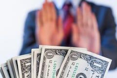 De zakenman weigert om geld te ontvangen - geen omkoperij en corruptie stock fotografie