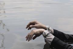 De zakenman werd gearresteerd door handcuffs en te verdrinken Stock Foto