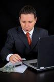 De zakenman werkt aan Internet Stock Foto