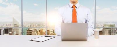 De zakenman werkt met laptop Moderne Panoramische bureau of het werkplaats met de stadsmening van New York Royalty-vrije Stock Afbeeldingen