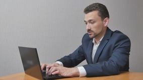 De zakenman werkt online en heeft succes stock videobeelden