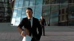 De zakenman werpt document in telucht stock footage