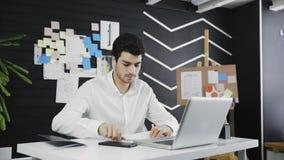 De zakenman wordt boos op het werk en verfrommelt document stock footage