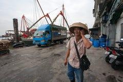 De zakenman zegt op mobiele telefoon in de vissershaven in Macao Royalty-vrije Stock Afbeeldingen