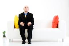 De zakenman zit en wacht stock afbeeldingen