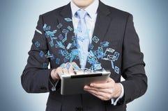 De zakenman zoekt iets in Internet gebruikend een tablet Stock Afbeeldingen