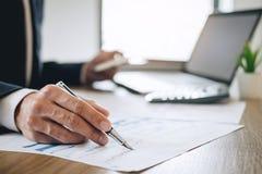 De zakenmanaccountant die nieuw project op laptop computer met rapportdocument werken en analyseert documentgrafiek en diagram, h stock afbeeldingen