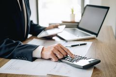 De zakenmanaccountant die nieuw project op laptop computer met rapportdocument werken en analyseert documentgrafiek en diagram, h royalty-vrije stock afbeeldingen