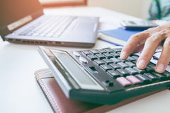 De zakenmancontrole analyseert ernstig een investeerderscollega's die van het financiënrapport de nieuwe gegevens van de plan fin Royalty-vrije Stock Afbeeldingen