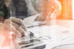 De zakenmancontrole analyseert ernstig een investeerderscollega's die van het financiënrapport de nieuwe gegevens van de plan fin royalty-vrije stock afbeelding