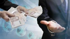 De zakenmanhand betaalt geld, Betalingstechnologie stock afbeelding