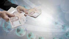 De zakenmanhand betaalt geld, Betalingstechnologie royalty-vrije stock fotografie