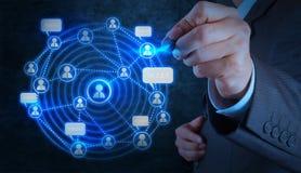 De zakenmanhand die met nieuwe moderne computer werken toont sociaal Ne Stock Foto